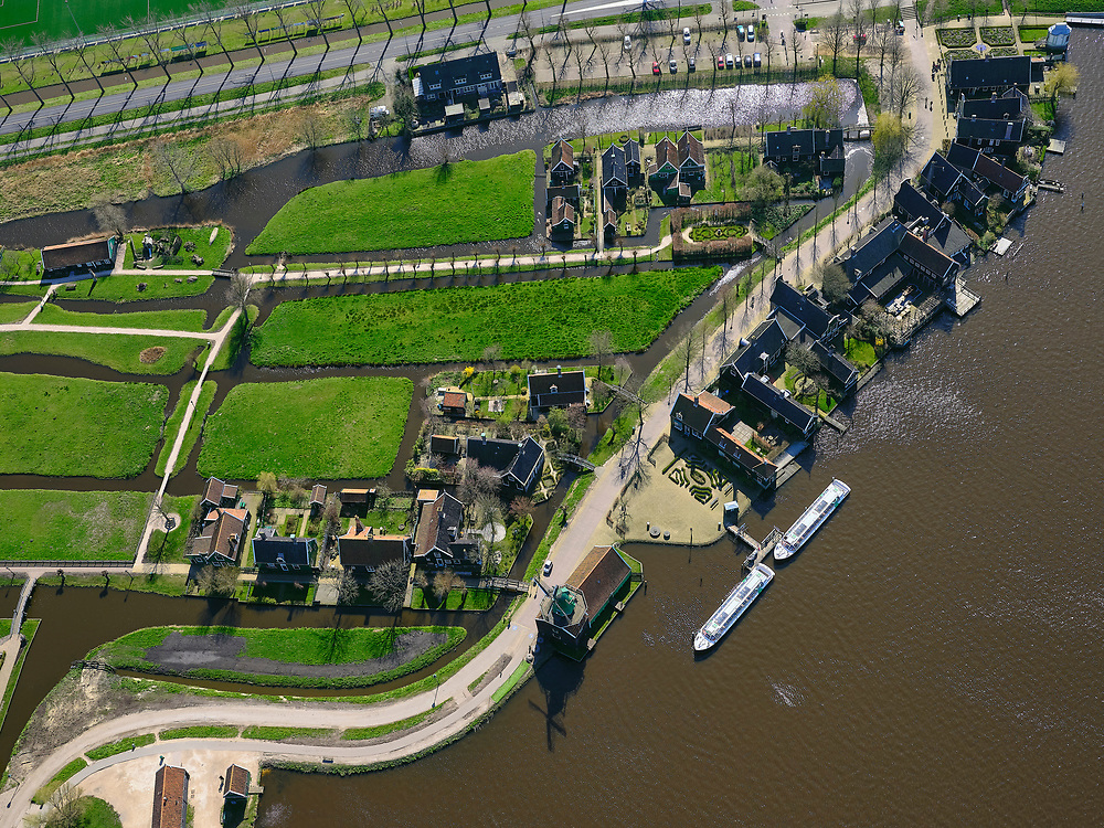 Nederland, Noord-Holland, Zaandam; 23-03-2020; Kalverpolder, Zaanse Schans, openlucht museum met historische houten huizen, winkels, werkplaatsen voor oude ambachten en molens aan oevers van rivier de Zaan. De toeristische trekpleister is nagenoeg uitgestorven door de corona crisis.<br /> Outdoor museum Zaanse Schans, historic windmills, workshops and houses.<br /> The tourist attraction is completely empty due to the corona crisis<br /> <br /> luchtfoto (toeslag op standaard tarieven);<br /> aerial photo (additional fee required)<br /> copyright © 2020 foto/photo Siebe Swart
