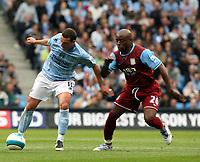Photo: Paul Greenwood.<br />Manchester City v Aston Villa. The FA Barclays Premiership. 16/09/2007.<br />Man City's Elano (L) holds off Nigel Reo-Coker