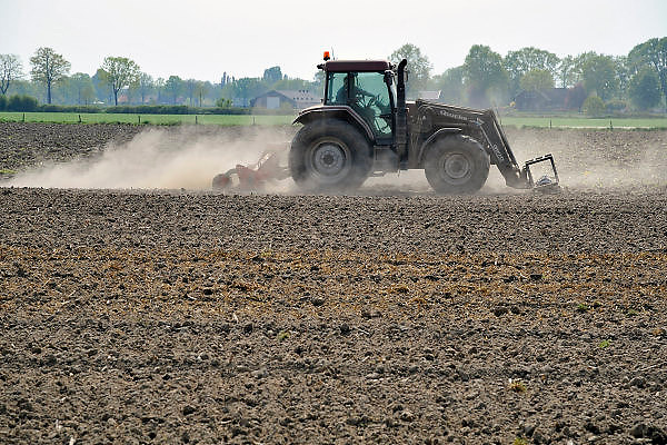 Nederland, Milsbeek, 22-4-2011Een boer egaliseert zijn land, akker waarvan de grond zo droog is dat er een grote stofwolk ontstaat. Foto: Flip Franssen/Hollandse Hoogte