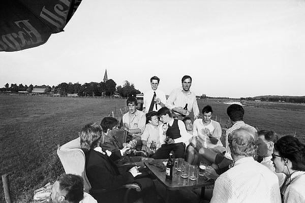 Nederland, Nijmegen, 15-5-1989Studenten, leden van het corps, hebben een gezellige dag met een ander corps. Er wordt flink bier gedronken terwijl zij  een rijtoer maken op een boerenkar door de polder.Foto: Flip Franssen/Hollandse Hoogte