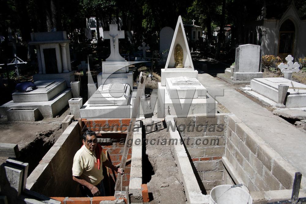 Toluca, México.- Tereso Gómez, se dedica a la construcción y remodelación de criptas y capillas en el Panteón General de la capital mexiquense desde hace más de 40 años, este mes es cuando más trabajo tiene del año debido a la cercania a la celebración del día de muertos. Agencia MVT / Arturo Hernández S.