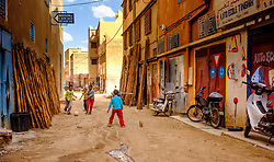 Children playing football in a street in Tinghir, Morocco<br /> <br /> (c) Andrew Wilson   Edinburgh Elite media