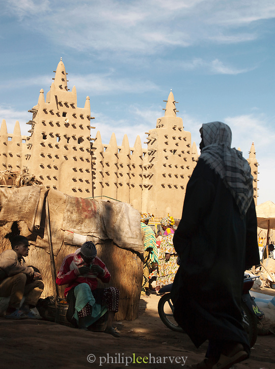 The Great Mosque of Djenné, the worlds largest mud built structure and UNESCO heritage site, on market day in Djenné, Mali