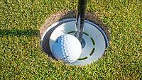 """HALFWEG -  Een voorbeeld van een verhoogde hole zodat spelers de bal niet diep uit de hole moeten halen. Een verhoging kan in de cup worden geplaatst zodat de bal """"hoog"""" blijft liggen. De bal kan zo gemakkelijker uit de hole worden gehaald.  De vlag mag tijdens de heersint van het coronavirus niet door de spelers met de hole worden aangeraakt. COPYRIGHT KOEN SUYK"""