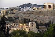 Griekenland, Athene, 5-7-2008Uitzicht op de stad en akropolis bij zonsondergang. Landschap.In het Romeins theater is een voorstelling aan de gang.Foto: Flip Franssen