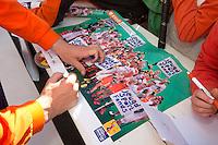 Rotterdam - Internationals signeren voor het Jeugd Sport Fonds tijdens de Rabobank World Hockey League. Foto KOEN SUYK
