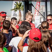 Los niños del colegio público de Alicante CEIP El Faro visitan el barco y la tripulación del MAPFRE.