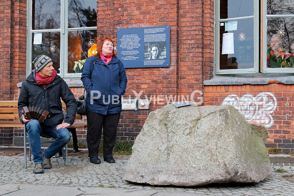 Widerstandsgruppen aus dem Wendland halten eine Gedenkveranstaltung für den im November 2004 während eines Castortransports von La Hague nach Gorleben tödlich verunglückten französischen Aktivisten Sebastien Briat ab. Sie stellen dabei einen Gedenkstein am Bahnhof Hitzacker auf.<br /> <br /> Ort: Hitzacker<br /> Copyright: Karin Behr<br /> Quelle: PubliXviewinG