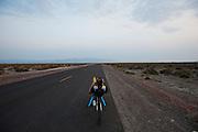Robert Braam fietst uit. Het team test de VeloX V in de woestijn. Het Human Power Team Delft en Amsterdam (HPT), dat bestaat uit studenten van de TU Delft en de VU Amsterdam, is in Amerika om te proberen het record snelfietsen te verbreken. Momenteel zijn zij recordhouder, in 2013 reed Sebastiaan Bowier 133,78 km/h in de VeloX3. In Battle Mountain (Nevada) wordt ieder jaar de World Human Powered Speed Challenge gehouden. Tijdens deze wedstrijd wordt geprobeerd zo hard mogelijk te fietsen op pure menskracht. Ze halen snelheden tot 133 km/h. De deelnemers bestaan zowel uit teams van universiteiten als uit hobbyisten. Met de gestroomlijnde fietsen willen ze laten zien wat mogelijk is met menskracht. De speciale ligfietsen kunnen gezien worden als de Formule 1 van het fietsen. De kennis die wordt opgedaan wordt ook gebruikt om duurzaam vervoer verder te ontwikkelen.<br /> <br /> Cooling down by Robert Braam. The team tests the VeloX V. The Human Power Team Delft and Amsterdam, a team by students of the TU Delft and the VU Amsterdam, is in America to set a new  world record speed cycling. I 2013 the team broke the record, Sebastiaan Bowier rode 133,78 km/h (83,13 mph) with the VeloX3. In Battle Mountain (Nevada) each year the World Human Powered Speed Challenge is held. During this race they try to ride on pure manpower as hard as possible. Speeds up to 133 km/h are reached. The participants consist of both teams from universities and from hobbyists. With the sleek bikes they want to show what is possible with human power. The special recumbent bicycles can be seen as the Formula 1 of the bicycle. The knowledge gained is also used to develop sustainable transport.