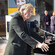 NLD/Hilversum/20181003 - Onthulling Mies Bouwman Totempaal, Matthijs van Nieuwkerk houdt toespraak