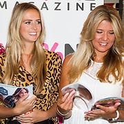 NLD/Volendam/20160831 -  Jan Smit en Kim-Lian van der Meij onthullen cover 100 % NL Magazine, Monique Smit en zus Jenny Smt bekijken het magazine