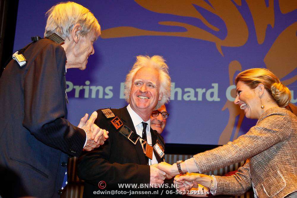 NLD/Amsterdam/20101129 - Prinses Máxima reikt Prins Bernhard Cultuurfonds Prijs 2010 uit Muziekgebouw aan het IJ, Prinses Máxima reikt prijs uit aan Siewert Verster