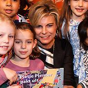 NLD/Amsterdam/20131112 - Presentatie DE Sinterklaasboeken, prinses Laurentien leest voor aan kinderen