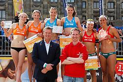 10-06-2012 VOLLEYBAL: EREDIVISIE BEACHVOLLEYBAL: AMSTERDAM<br /> Het gecombineerde podium, Goud, Sinnema/ Wesselink, Zilver Braakman/Stiekema, Brons Mooren/Bloem, Hylke van der Heide, wedstrijdleiding, Henk Stokhof Hoofd Sport en Regisseur Olympische Ambitie Gemeente Amsterdam<br /> ©2012-FotoHoogendoorn.nl / Pim Waslander