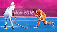 LONDEN - Robert van der Horst (r) met de Indier Chandi Gurwinder Singh,maandag in de hockey wedstrijd tussen de mannen van Nederland en India (3-2) tijdens de Olympische Spelen in Londen .ANP KOEN SUYK
