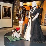 NLD/Soesterberg/20180424 - Koning opent tentoonstelling 'Willem', Poppen Willem van Oranje en Anna van Egmont