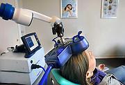 Nederland, Nijmegen, 4-12-2008Transcraniële magnetische stimulatie, TMS, is mogelijk een behandelmethode voor depressie, epilepsie, Parkinson en de spierziekte ALS. Therapie met TMS is volgens de Gezondheidsraad een interessant alternatief voor antidepressiva.Foto: Flip Franssen