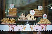 Egypte, la côte méditerranéenne, Alexandrie, vitrine d'une patisserie. // Egypt, Alexandria, baking shop.