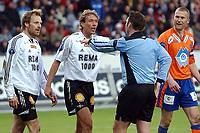 Fotball Eliteserien 10.04.05 - Rosenborg ( RBK ) - Aalesund  2-2, Erik Hoftun har pådratt seg straffe, men hverken han eller Vidar Riseth synes noe om det - Per Ivar Staberg står på sitt...                             <br /> Foto. Carl-Erik Eriksson, Digitalsport