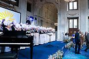 Prinses Beatrix reikt Zilveren Anjers 2018 van het Prins Bernhard Cultuurfonds uit in het Paleis op de dam, Amsterdam. Prinses Beatrix hands out Silver Carnations 2018 of the Prins Bernhard Cultuurfonds in the Paleis op de dam, Amsterdam.<br /> <br /> Op de foto:  Volendams koor