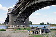 Nederland, Nijmegen, 7-9-2018Rechtse activisten hebben de tekst Refugees Welcome die op een peiler van de Waalbrug geschreven staat met witte verf verminkt. Zij vinden dat de tekst niet strookt met hun standpunt over migratie.Foto: Flip Franssen