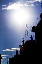 La luce del sole abbaglia la vista creando delle zone d'ombra dietro le case di Ostuni