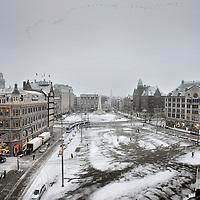 Nederland, Amsterdam , 2 december 2010..Winters beeld van de Dam gezien vanuit het Paleis op de Dam..The Dam in the center of Amsterdam seen from the Royal Palace.