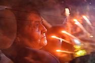 Una mujer ve desde su auto un espectáculo pirotécnico de la Feria Internacional de la Pirotecnia 2020.  /  A woman stares at a pyrotechnic show while sitting in her car.