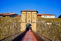Espagne, Pays Basque, Guipuscoa, Fontarrabie, remparts de la vieille ville, porte San Nikolas // Spain, Basque Country, Guipuscoa, Hondarribia, ramparts of the old town, San Nikolas door