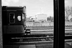 """arriva il treno, lo si vede dalla porta di accesso alla banchina della sala d'aspetto. Questo modello di motrice chiamato generalmente """"littorina"""" è oramai quasi del tutto scomparso, sostituito da più moderne vetture. Reportage che racconta le situazioni che si incontrano durante un viaggio lungo le linee ferroviarie SUD EST nel Salento."""