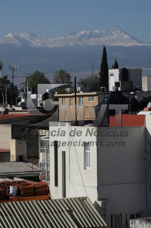 Toluca, México.- Una bello paisaje panorámico se puede apreciar desde la ciudad de toluca con el volcán Xinantécatl vesitdo de blanco. Agencia MVT / Arturo Hernández S.