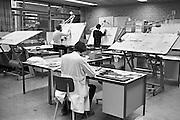 Nederland, Nijmegen, 15-2-1980Een tekenkamer met tekentafels bij het electrotechnisch bedrijf Alewijnse. Hier worden met de hand tekeningen van ontwerpen gemaakt door technische tekenaars.Foto: Flip Franssen/Hollandse Hoogte
