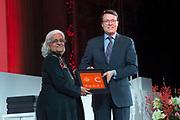 Uitreiking Prins Claus Prijs 2016 in het Koninklijk Paleis in Amsterdam.<br /> <br /> Op de foto:   Prins Constantijn overhandigt Bahia Shehab de oorkonde tijdens de uitreiking van de Prins Claus Prijzen  ////  Prince Constantijn presents Bahia Shehab the charter during the presentation of the Prince Claus Awards