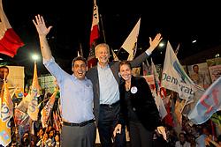 O candidato à reeleição pelo PDT em Porto Alegre, José Fortunati e o seu vice, Sebastião Melo durante o comício da vitória, no Largo Glênio Perez, em Porto Alegre. FOTO: Jefferson Bernardes/Preview.com