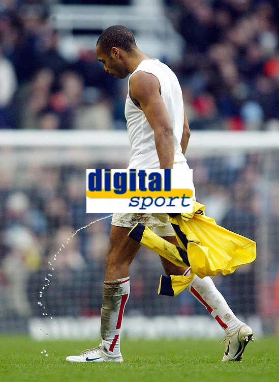 Photo: Scott Heavey.<br />Arsenal v Bolton. FA Barclaycard Premiership. 20/03/2004.<br />Thierry Henry trudges off after the 2-1 victory