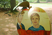 Appeltjes van Soestdijk<br /> <br /> Deze zomer staan de paleistuinen van Paleis Soestdijk volledig in het teken van de Appeltjes van Soestdijk. De kleurrijke collectie van maar liefst 50 beschilderde appels is vanaf 30 april te zien en voert u door de prachtige tuinen. De appels hebben een doorsnee van maar liefst een meter. De kunstenaars hebben zich laten inspireren door o.a. Koninklijke familieportretten, paleizen, landschappen, geschiedenis en toekomst van ons vorstenhuis. <br /> <br /> Apples of Soestdijk<br /> <br /> This summer, the palace gardens of Soestdijk are completely dominated by the Apples of Soestdijk. The colorful collection of no less than 50 painted apples can be seen from April 30 and run through the beautiful gardens. The apples have a diameter of no less than one meter. The artists were inspired by ao royal family portraits, palaces, landscapes, history and future of our dynasty.<br /> <br /> Op de foto / On the photo: <br />  Koning Willem Alexander en Koningin Maxima