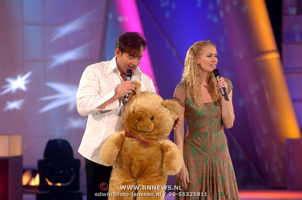 NLD/Hilversum/20070310 - 9e Live uitzending SBS Sterrendansen op het IJs 2007 de Uitslag, Gerard Joling en Nance Coolen, presentatoren