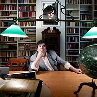 Nederland,Amsterdam ,19 februari 2008..Adrianus Franciscus Theodorus (Adri) van der Heijden (Geldrop, 15 oktober 1951) is een Nederlands schrijver..Van der Heijden - ook bekend als A.F.Th. - is een autobiografisch schrijver. Binnen zijn verhalen en romans is het eigen leven van de schrijver te herkennen. Dit maakt dat het gehele oeuvre met elkaar verbonden is. Dat wil echter niet zeggen dat gebeurtenissen en personen in zijn werk een getrouwe afspiegeling zijn van zijn eigen leven: hij gebruikt deze vrij, om ze te combineren met fictie, filosofische uitweidingen en een treffende sfeertekening van de Nederlandse sociale en culturele geschiedenis vanaf de jaren vijftig.