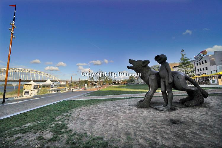 Nederlannd, Nijmegen, 6-10-2020 Het kunstwerk De Waterwolf aan de waalkade van kunstenaarsduo Space Cowboys is een plekom te spelen en een van ontmoeting, aldus de gemeente. Het metershoge kunstwerk bestaat uit twee beelden, een wolvenpup en een kind in een duikpak. Foto: ANP/ Hollandse Hoogte/ Flip Franssen