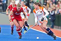 ARNHEM - Lidewij Welten (r) in duel met de Belgische Anne-Sophie Van Regemortel, woensdag bij de hockey-oefeninterland tussen de dames van Nederland en Belgie (3-1)  op het nieuwe blauwe kunstgras van HC Upward in Arnhem. Foto Koen Suyk
