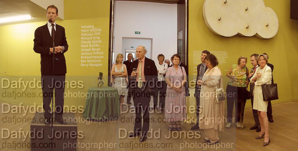Nicholas Serota. Reception at the Tate Modern  to celebrate the first anniversary. 10 May 2001. © Copyright Photograph by Dafydd Jones 66 Stockwell Park Rd. London SW9 0DA Tel 020 7733 0108 www.dafjones.com