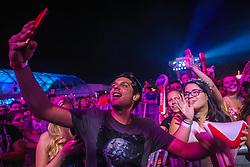 Renner Souza, amigo da cantora Anitta, faz selfie com o público durante o show da banda Natiruts no Palco Planeta durante a 22ª edição do Planeta Atlântida. O maior festival de música do Sul do Brasil ocorre nos dias 3 e 4 de fevereiro, na SABA, na praia de Atlântida, no Litoral Norte gaúcho.  Foto: Gustavo Roth / Agência Preview