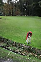 HENGELO (overijssel)-Vissen naar de bal bij Golfclub Driene. COPYRIGHT KOEN SUYK