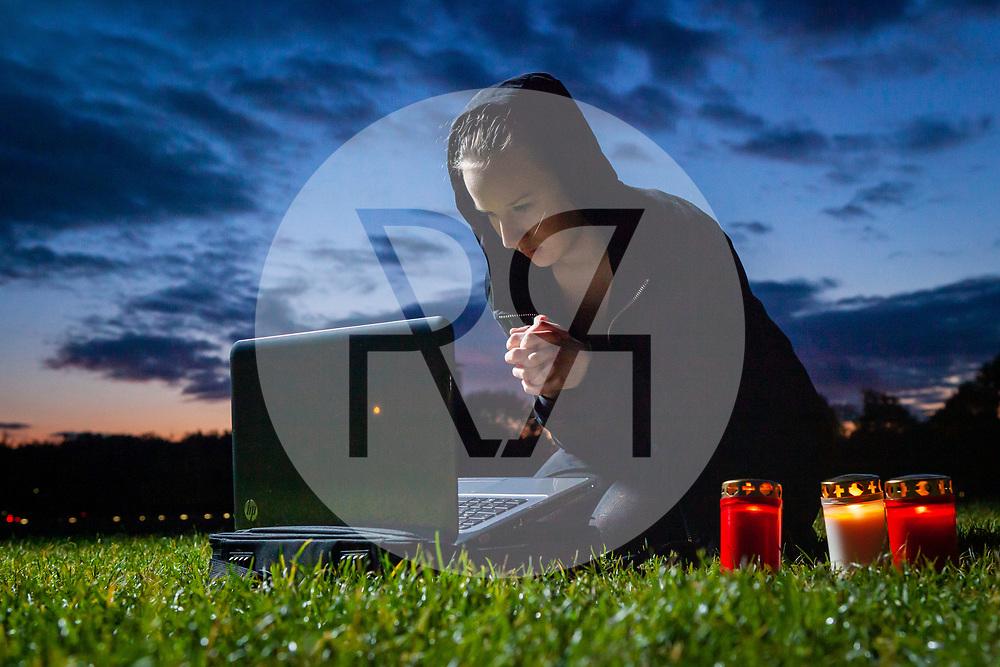 """DEUTSCHLAND - BERLIN - Eine junge Frau trauert vor einem Laptop, gestelltes Themenbild zum Thema Digitale Friedhöfe für das Magazin 'politikorange' """"Vergessen im Internet"""" - 20. Oktober 2011 © Raphael Hünerfauth - https://www.huenerfauth.ch"""