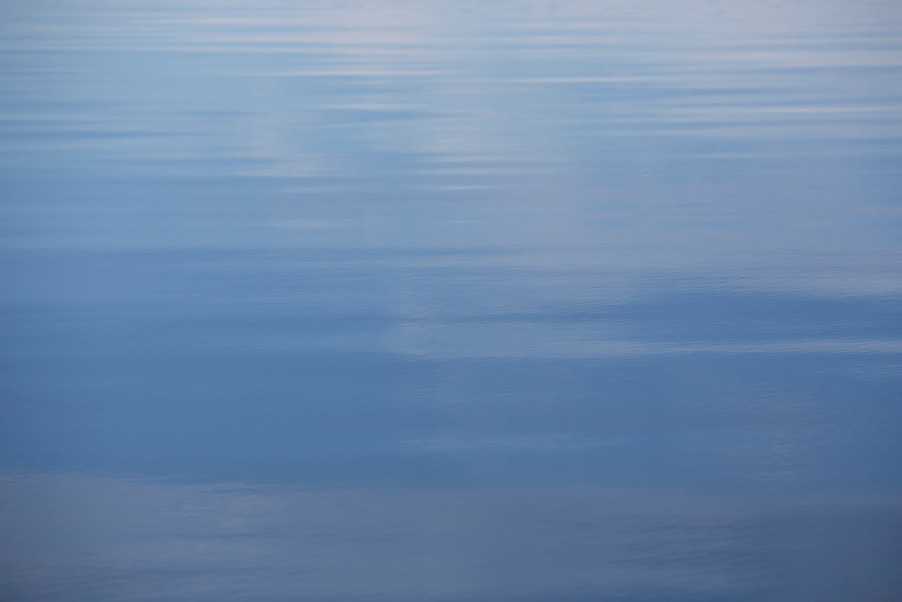 the calm allure of the peaceful waters at sunset as winds quite over the pacific ocean