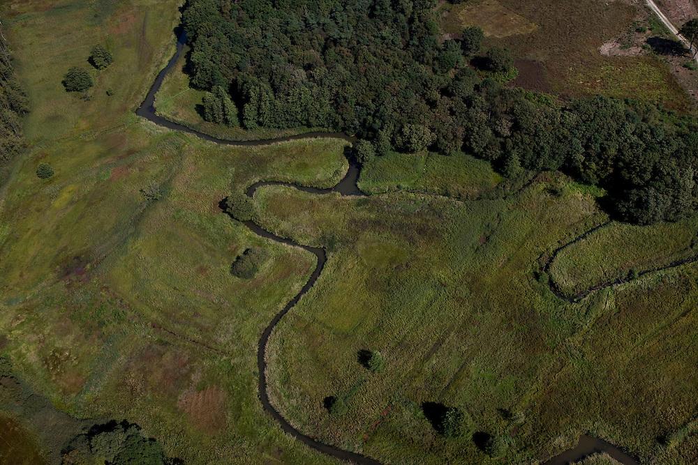 Nederland, Drenthe, Gemeente Vries, 08-09-2009; stroomdal of beekdal van de  Drentsche Aa met meanderende beek. Het stelsel van beken zorg voor goede (naturlijke) afwatering. Detail van samengaan van verschillende beken: Gastersche Diep (r) voegt zich bij Taarlosche Diep en gaat verder als Oudemolensche Diep (linksboven)..Drentse Aa maakt deel uit van Nationaal beek- en esdorpenlandschap Drentsche Aa (Nationaal Park en Nationaal Landschap)..Brook or stream valley of the Aa Drentsche with meandering stream. The system of streams ensure proper (natural) drainage. The region is both a national park and national landscape.luchtfoto (toeslag); aerial photo (additional fee required); .foto Siebe Swart / photo Siebe Swart