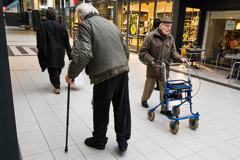 Nederland, Oss, 9 feb 2015<br /> Winkelcentrum Gelderlandplein in Buitenveldert. Ouderen praten op een bankje, rusten uit. <br /> Foto: (c) Michiel Wijnbergh