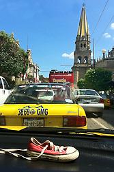 O taáxi visto de dentro de outro táxis em Guadalajara, no México. FOTO: Jefferson Bernardes / Preview.com