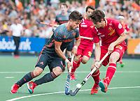 ALKMAAR - Robbert Kemperman (Ned) met Josep Romeu (Esp) . hockey oefenwedstrijd mannen. Nederland-Spanje (2-0) , Rabo Super Serie.  COPYRIGHT  KOEN SUYK