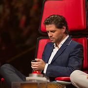 NLD/Hilversum/20140221 - Finale The Voice Kids 2014, Simon Keizer aan het kijken op zijn telefoon